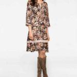 Sukienka-w-kwiaty-stylizacja-z-kozakami